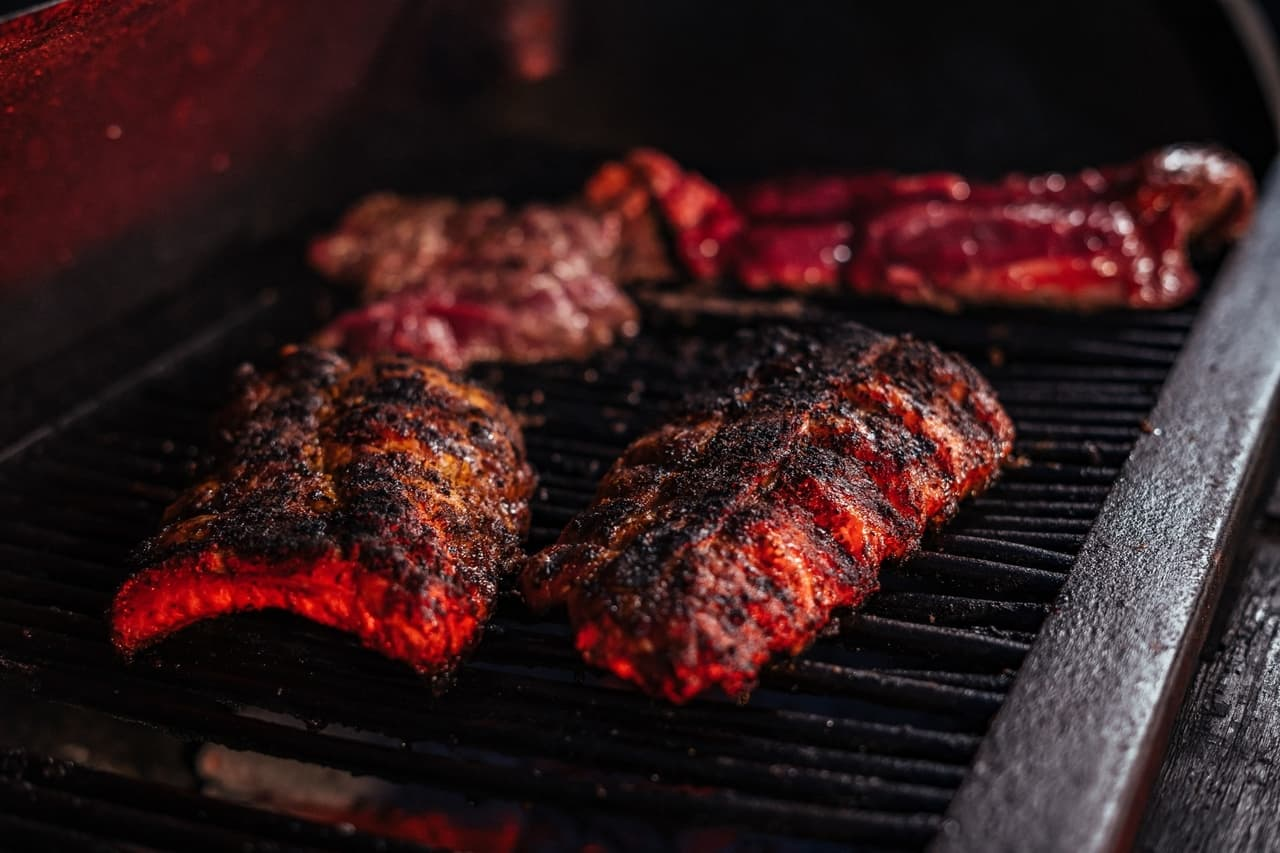 Ribs sur barbecue rouge