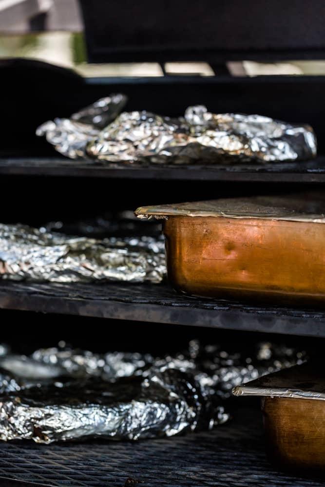 Des viandes emballées dans un fumoir