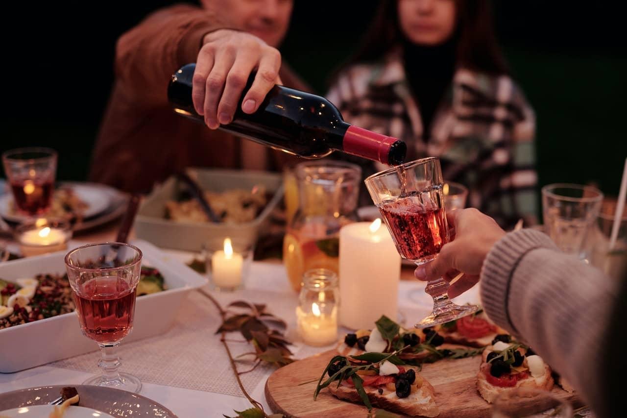 Du vin versé dans un verre pendant un picnic